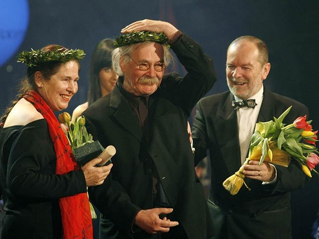 Ursela Herrmannová a Karl-Ernest Herrmann (uprostřed) převzali 31. března v pražském Divadle v Dlouhé Cenu Alfreda Radoka v kategorii Inscenace roku za operu La clemenza di Tito