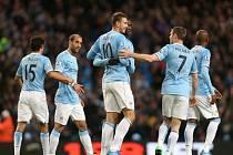 Kanonýr Manchesteru City Edin Džeko (uprostřed) po gólu přijímá gratulace od spoluhráčů.