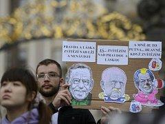 Na Hradčanském náměstí v Praze se 23. května konalo shromáždění na obranu akademických svobod kvůli sporům o jmenování Martina C. Putny profesorem.