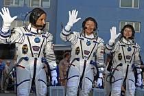 Tříčlenná mezinárodní posádka kosmické lodi Sojuz