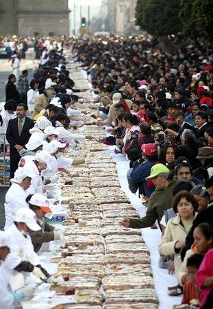 Rekordní tříkrálový koláč, který měřil 1,9kilometru, upekli pekaři vmexickém hlavním městě.