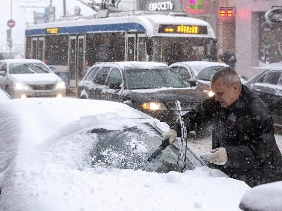 Moskevskou dopravu ochromila sněhová bouře.