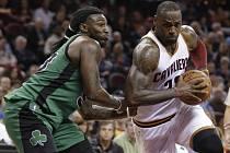 LeBron James z Clevelandu (vpravo) se prosazuje proti Bostonu.