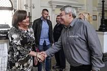 Předseda KSČM Vojtěch Filip a ministryně financí Alena Schillerová (za ANO) se zdraví před jednáním, ke kterému se sešli 12. června 2020 v Praze