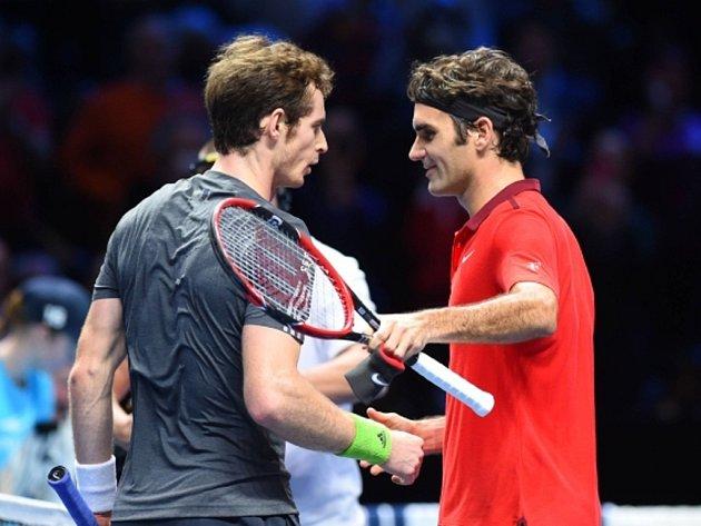 Andy Murray (vlevo) gratuluje k výhře Rogeru Federerovi.