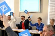 Zleva místopředseda Věcí veřejných (VV) Tomáš Jarolím, předseda strany Radek John a dále členové Vít Bárta, Karolína Peake a Kateřina Klasnová hlasují na začátku jednání grémia VV.