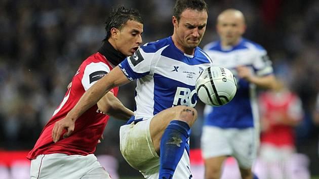 Obránce Birminghamu Martin Jiránek (vpravo) a Marouane Chamakh z Arsenalu.