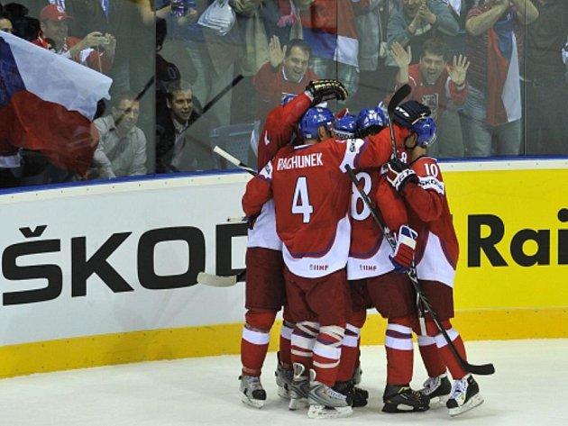 Čeští hokejisté se radují z gólu.