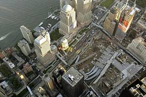 Celkový pohled na místo po mrakodrapech Světového obchodního střediska (WTC) v New Yorku, kde během teroristických útoků 11.září 2001 přišlo o život 2749 nevinných lidí.