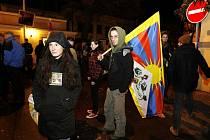 Asi dvě stě demonstrantů protestovalo před čínským velvyslenectvím v Praze proti zásahu čínské armády v Tibetu.