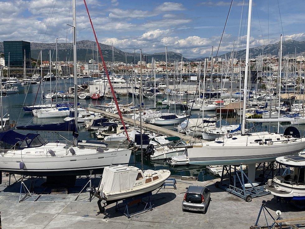 Jachty v maríně ve Splitu čekají také na české jachtaře.