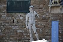 Na náměstí Piazza della Signoria, přesně v místě, kde kdysi stál originál, se nyní nachází dokonalá kopie sochy Davida od legendárního Michelangela. Originál byl přemístěn do vnitřních prostor galerie.