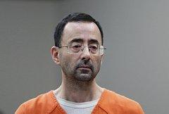 Obviněný trenér Larry Nassar