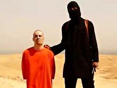 Klečící novinář James Foley krátce před svou smrtí.
