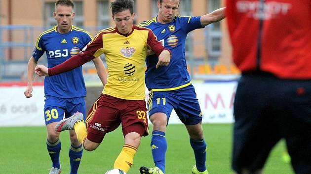 Tomáš Přikryl z Dukly Praha (uprostřed) proti Jihlavě.