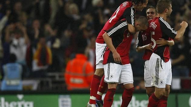 Němečtí fotbalisté oslavují trefu Christiana Pandera.