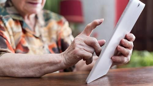 Senioři v domovech by měli obdržet celkem 900 tabletů, jejich prostřednictvím mohou komunikovat se svými blízkými