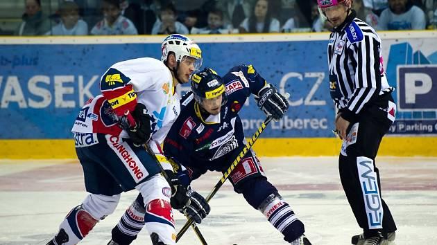 Hokejisté Pardubic (v bílém) proti Liberci.
