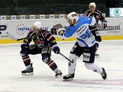 Ondřej Kratěna z Plzně (vpravo) pálí v zápase s Chomutovem.