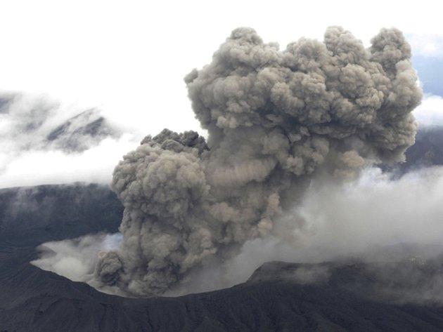Sopka Aso v jižním Japonsku dnes poprvé po 22 letech vychrlila proud lávy. Erupce, při níž vulkán vyslal oblak kouře a popela do výšky jednoho kilometru, si vyžádala zrušení letů v oblasti.