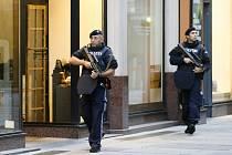Ozbrojení policisté hlídkují 3. listopadu 2020 na ulici ve Vídni den po střeleckém útoku v centru rakouské metropole
