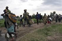 Více než 250 tisíc lidí opustilo domovy následkem těžkých bojů na východě Demokratické republiky Kongo. Civilisté prchají z konžského města Kiwanja.