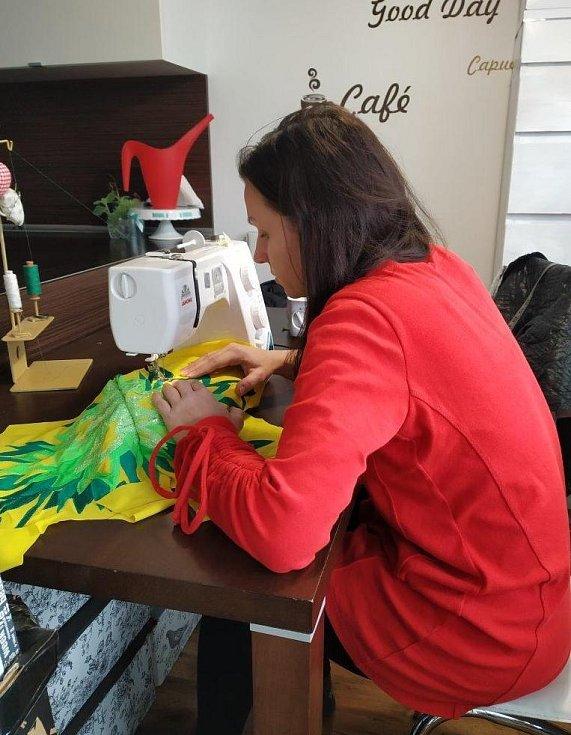 Paní Alena M. zTeplic se už několik let živí tím, že šije taneční a soutěžní kostýmy pro dětské sportovní kluby. Přesněji řešeno se šitím kostýmů živila do doby, než začala platit omezení způsobená pandemií covid-19.
