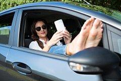 Používání elektronických zařízení při jízdě. Ilustrační foto.