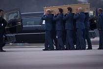 Šest rakví s ostatky obětí z malajsijského boeingu, který byl v červenci pravděpodobně sestřelen nad povstaleckou oblastí na východě Ukrajiny, bylo dnes přepraveno do Nizozemska.