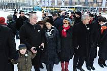 Český ministr pro lidská práva a národnostní menšiny Michael Kocáb (vlevo) se 13. února v Drážďanech přidal k lidskému řetězu, který se postavil pravicovým extremistům.