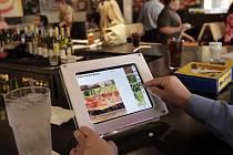 Pařížské restaurace začaly používat jídelní lístek v iPadu.