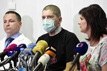 Pacient Lukáš Musil (uprostřed) vystoupil na tiskové konferenci IKEM k světově unikátní transplantaci jater po otravě paracetamolem. Vpravo je jeho manželka, vlevo přednosta kliniky transplantační chirurgie Jiří Froněk.