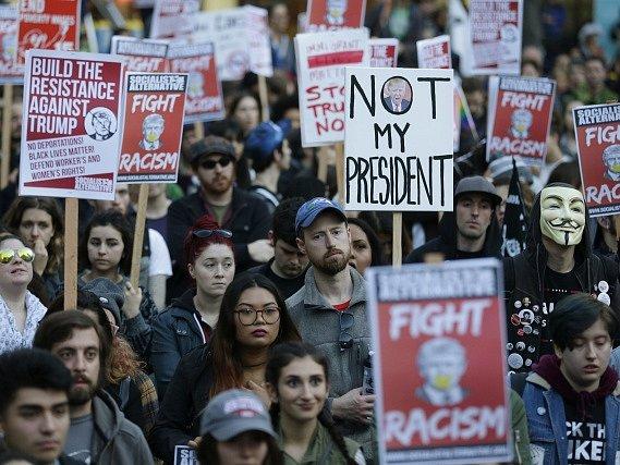 Tisíce lidí protestovaly ve Spojených státech proti vítězství republikána Donalda Trumpa v prezidentských volbách.