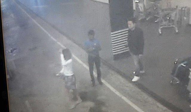 Ženy na záznamu je podezřelá z vraždy nevlastního bratra severokorejského vůdce Kim Čong-una.