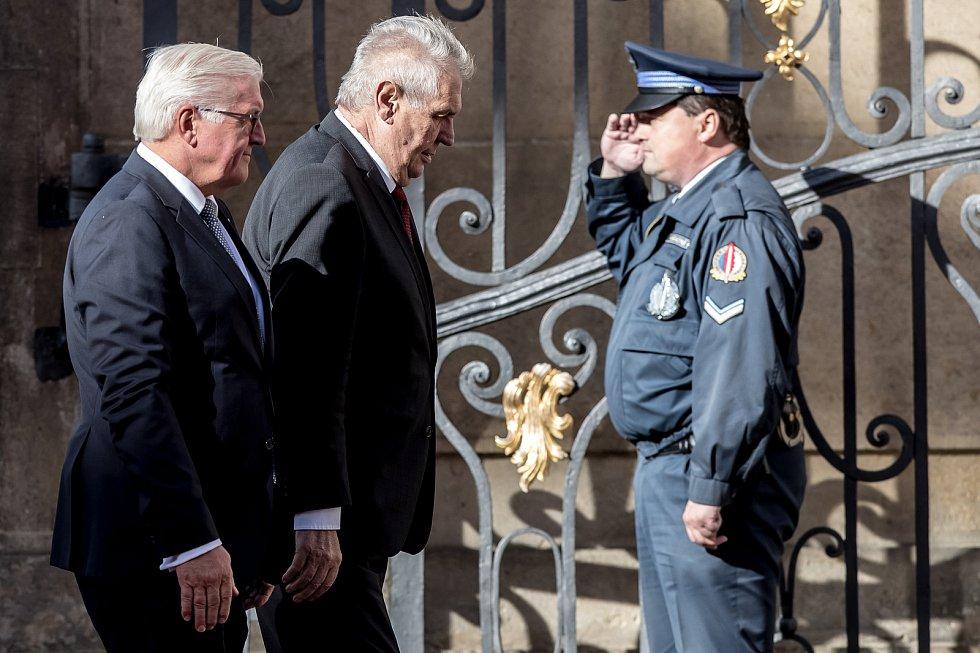Prezident Miloš Zeman (vpravo) přivítal na Pražském hradě německého prezidenta Franka-Waltera Steinmeiera.