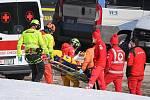 Záchranáři odvážejí zraněnou Kajsu Vickhoff Lieovou po jejím pádu v Super G v italském Val di Fassa.
