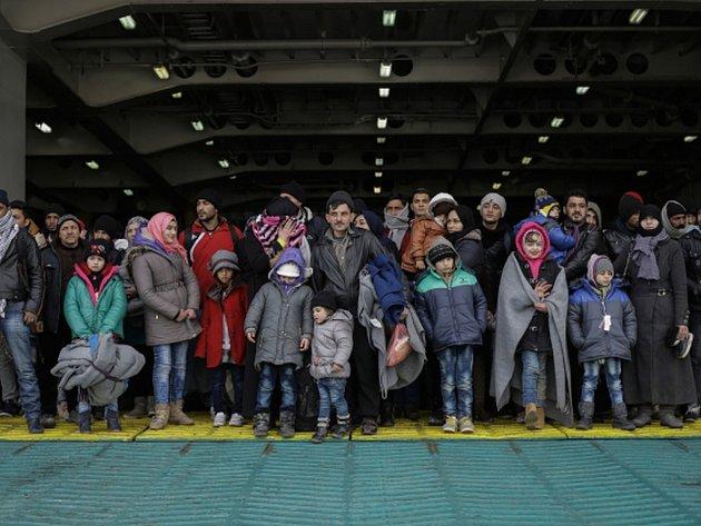 Do aténského přístavu Pireus dorazilo během víkendu z řeckých ostrovů přes 6000 migrantů.