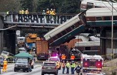 Vlak spadl z viaduktu na dálnici