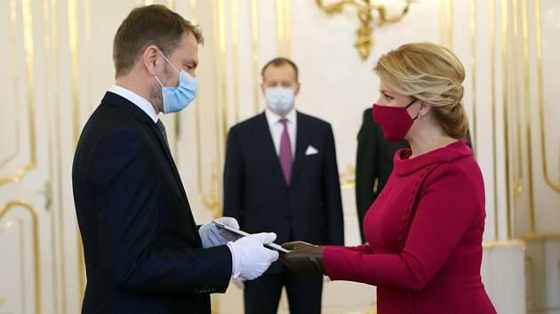 Tři týdny po parlamentních volbách má Slovensko novou vládu. Prezidentka Zuzana Čaputová (vpravo) 21. března 2020 v Bratislavě nejprve jmenovala předsedu protikorupčního hnutí Obyčejní lidé a nezávislé osobnosti (OLaNO) Igora Matoviče (vlevo) premiérem a