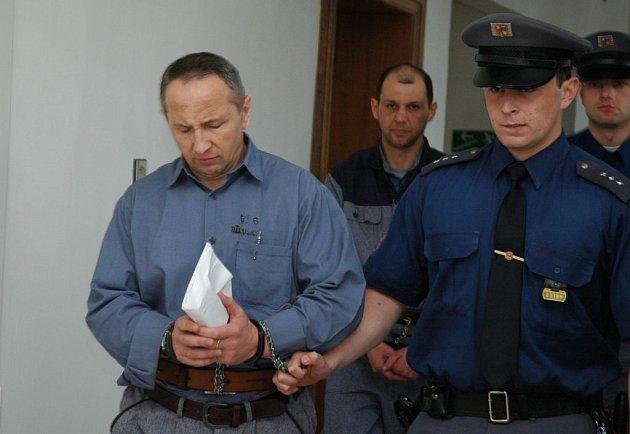 Michajlo Stojka a Jaroslav Matskiv (na snímku zleva) si na rozsudek ještě počkají. Za smrt brutálně zmláceného muže jim hrozí až 15 let vězení.
