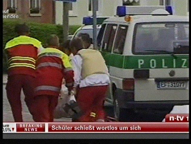 Záchranáři odvážejí zraněné studenty.