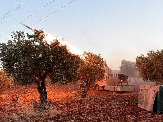 Dva ruští letci zemřeli po sestřelení vojenského vrtulníku v Sýrii.