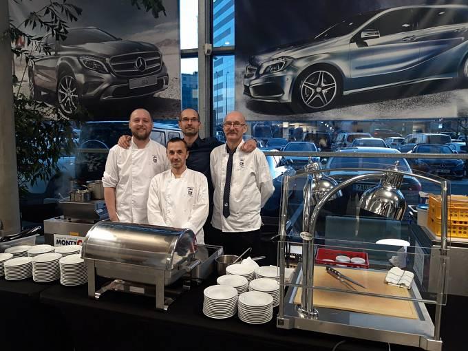 Restaurace U Labutě. Tým restaurace při vyhlášení výsledků Maurerova výběru v prostorách showroomu Mercedes Forum Praha na Chodově.