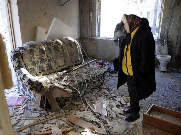 Pod těžkou palbou byly přes noc čtyři obytné čtvrti v Doněcku, oznámila tamní radnice. Zabiti byli dva civilisté a sedm dalších bylo zraněno, řada domů byla palbou z děl a následným požárem vážně poškozena.