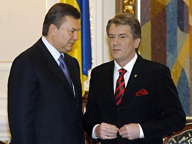 Ukrajinský prezident Viktor Juščenko (vpravo) a premiér Viktor Janukovič.