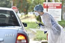 Zdravotnice konzultuje se zájemcem před odebráním vzorku k otestování na nemoc covid-19 14. srpna 2020 v areálu Fakultní nemocnice Brno