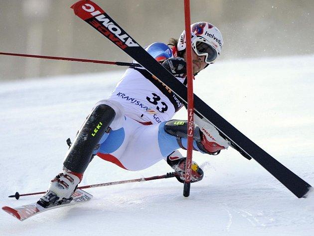 Švýcar Marc Berthod se při slalomu do této branky nevešel.