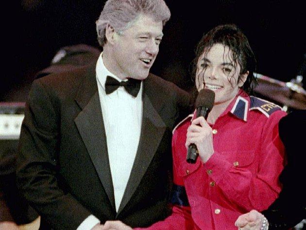 Král, když byl ještě na vrcholu - Michael Jackson s exprezidentem Billem Clintonem.
