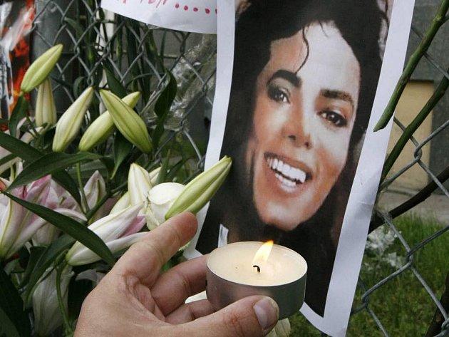Popový král Michael Jackson zemřel a svět truchlí.
