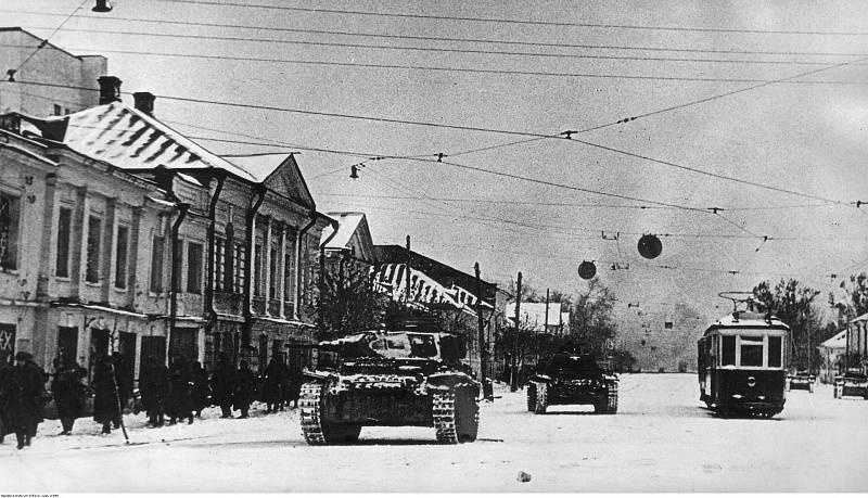Německé tanky a pěchota v ulicích Kalininu, říjen 1941
